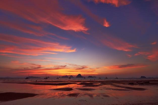 Uma opinião do por do sol da praia de tubkaak, krabi, tailândia.