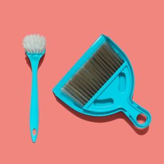 Uma pá azul, escova e pincel para lavar louça