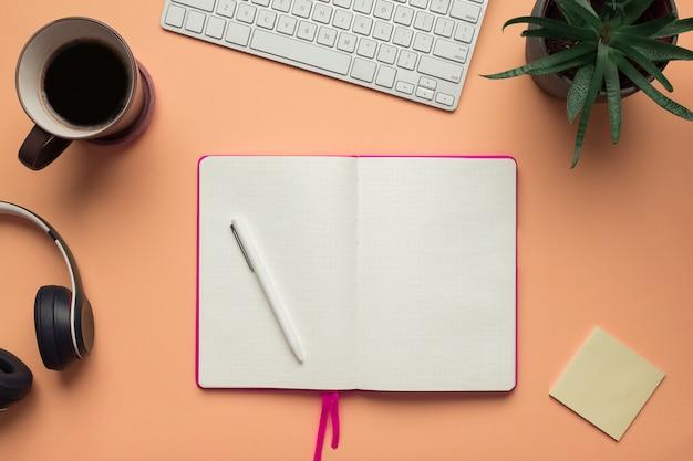 Uma página de caderno aberta com lápis