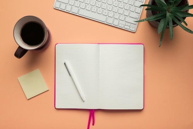 Uma página de caderno aberta com um lápis em uma mesa de mesa de escritório