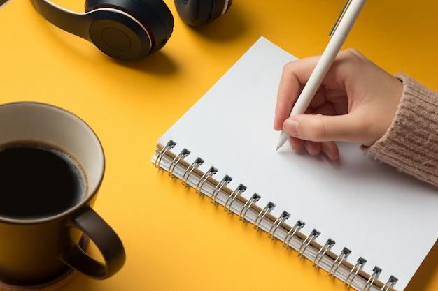 Uma página de caderno aberta com uma escrita à mão