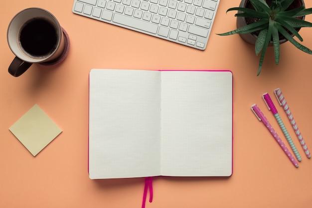 Uma página de caderno aberta em uma mesa de mesa de escritório