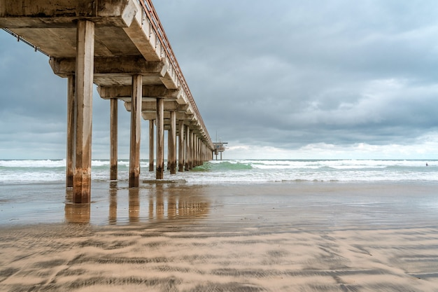 Uma paisagem dramática no oceano em tempo nublado um belo píer em la jolla, califórnia