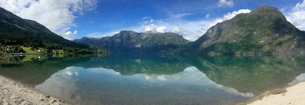 Uma paisagem norueguesa no verão