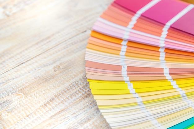 Uma paleta de tintas para renovação doméstica. foco seletivo. cor.