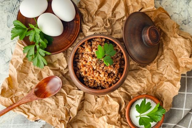 Uma panela de mingau de trigo sarraceno e ovos cozidos nutrição equilibrada dieta alimentar anti-crise almoço saudável ou ...