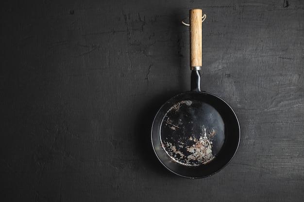 Uma panela para cozinhar em um fundo preto