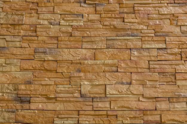Uma parede de tijolo amarelo