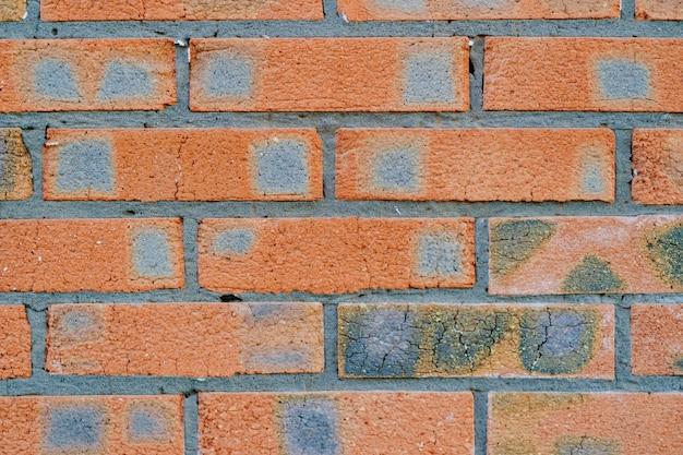Uma parede de tijolos laranja. alvenaria. construção de fundo e textura. serviços e bens de construção