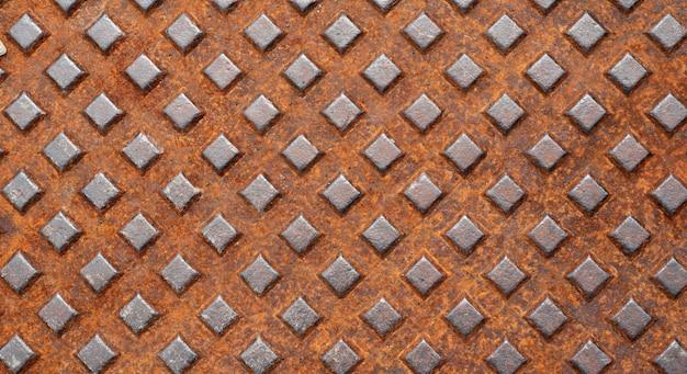 Uma parede industrial vintage de metal com orifícios