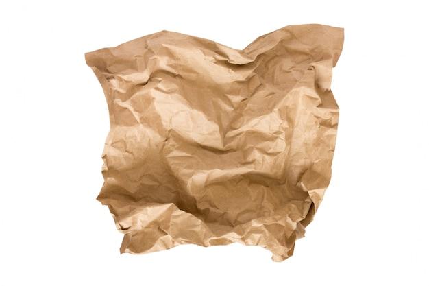 Uma parte de papel bege do ofício isolada no branco. papel amassado