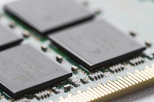 Uma parte do módulo de memória ram do computador