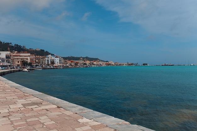Uma parte do porto e da cidade de zakinthos, grécia