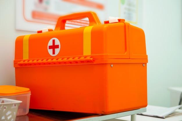 Uma pasta laranja do primeiro atendimento de emergência médica está sobre a mesa