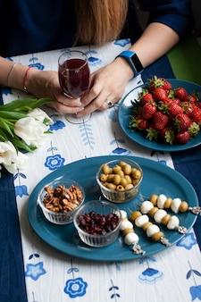 Uma pausa gourmet: morangos, suco de uva e vários aperitivos.
