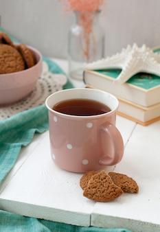 Uma pausa no estudo: uma xícara de chá e uma tigela de biscoitos.