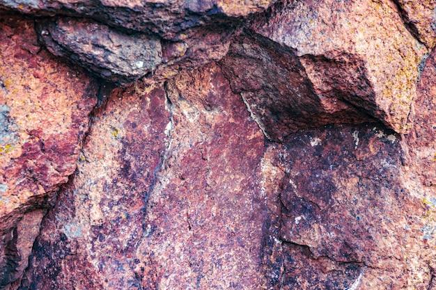 Uma pedra incomum ao sol em um clima quente na bela natureza