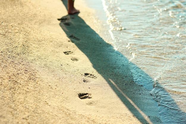 Uma pegada na areia da praia
