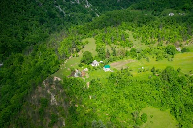 Uma pequena aldeia está localizada nas montanhas de montenegro.
