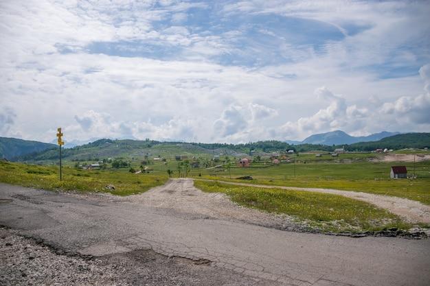 Uma pequena aldeia está situada entre muitas colinas e montanhas.