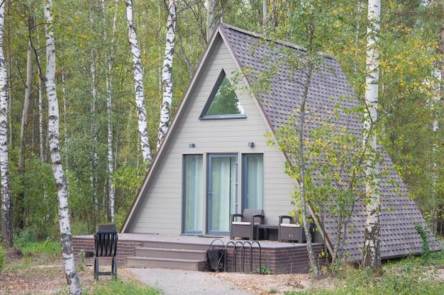 Uma pequena casa em forma na floresta