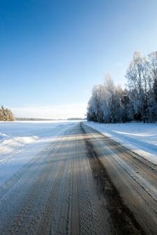 Uma pequena estrada no inverno. inverno. acompanhar.
