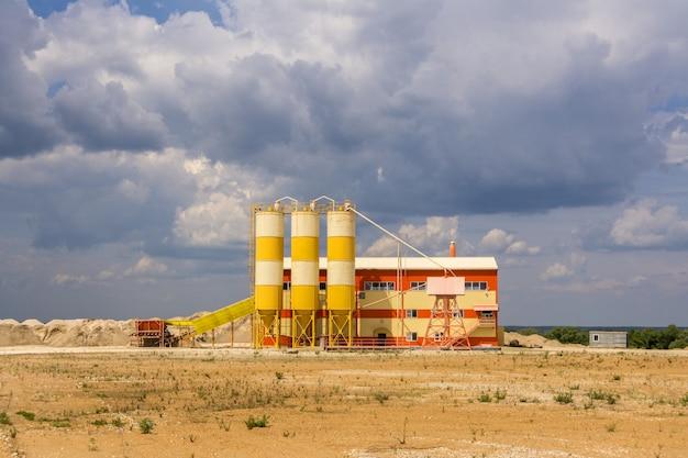 Uma pequena fábrica de processamento de areia localizada perto da pedreira.