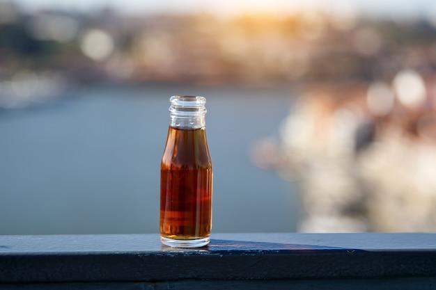Uma pequena garrafa de vinho do porto, foco seletivo