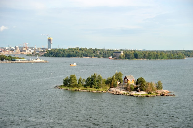 Uma pequena ilha com uma casa perto de helsinque