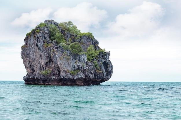 Uma pequena ilha tropical desabitada no golfo da tailândia