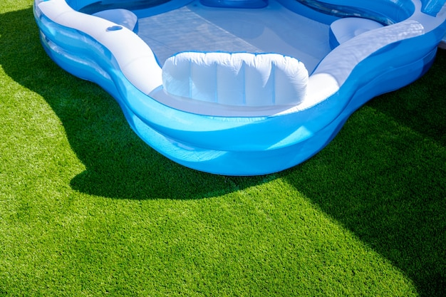 Uma pequena piscina de borracha de plástico preenchível em um jardim ao ar livre.
