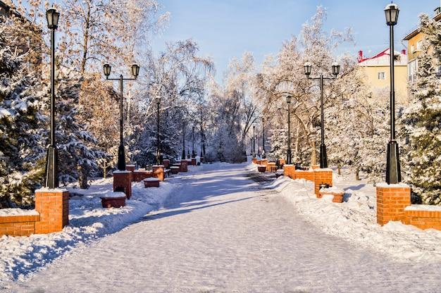 Uma pequena praça com a cidade siberiana de omsk no inverno
