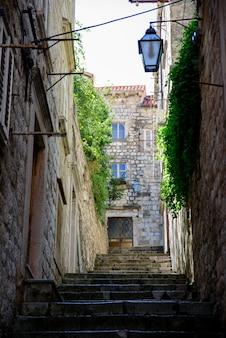 Uma pequena rua de dubrovnik com escadas