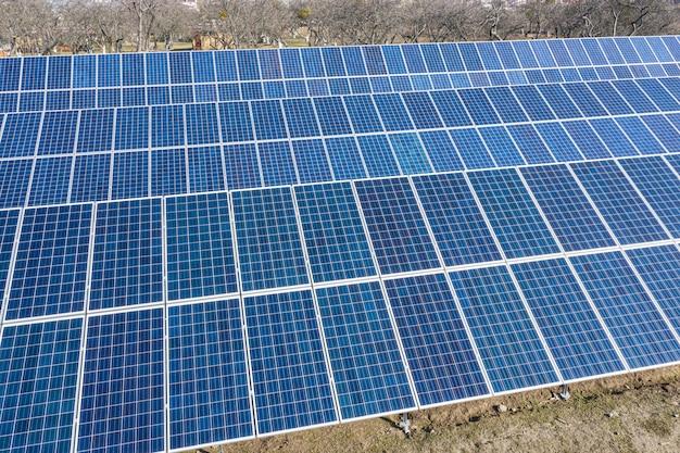 Uma pequena usina de energia solar privada no quintal que fornece não volatilidade. reduz emissões nocivas. uso privado de energia renovável.