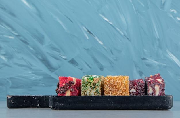 Uma pequena variedade de delícias turcas no quadro, sobre o fundo azul. foto de alta qualidade