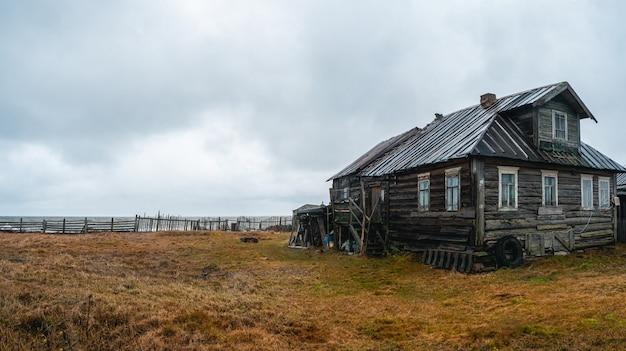 Uma pequena vila autêntica na costa do mar branco. fazenda coletiva de pesca kashkarantsy. copie o espaço. península de kola. rússia.