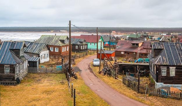 Uma pequena vila autêntica na costa do mar branco. fazenda coletiva de pesca kashkarantsy. península de kola. rússia.