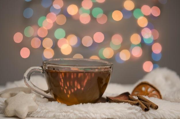 Uma pequena xícara de chá, pão de gengibre e especiarias