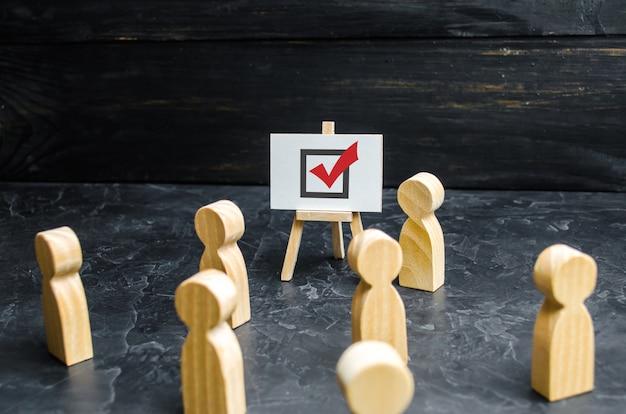 Uma pessoa agita pessoas e funcionários para votar em uma eleição ou referendo.