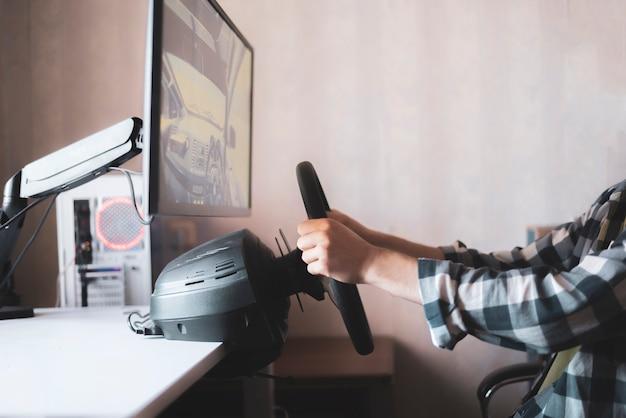 Uma pessoa aprende a dirigir o carro usando um simulador de computador automático