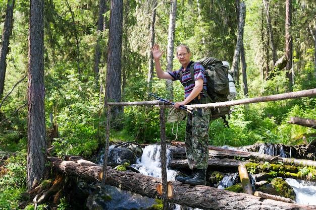 Uma pessoa atravessa o rio em um tronco.