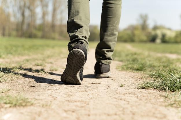 Uma pessoa caminha por uma estrada de terra em um período de seca
