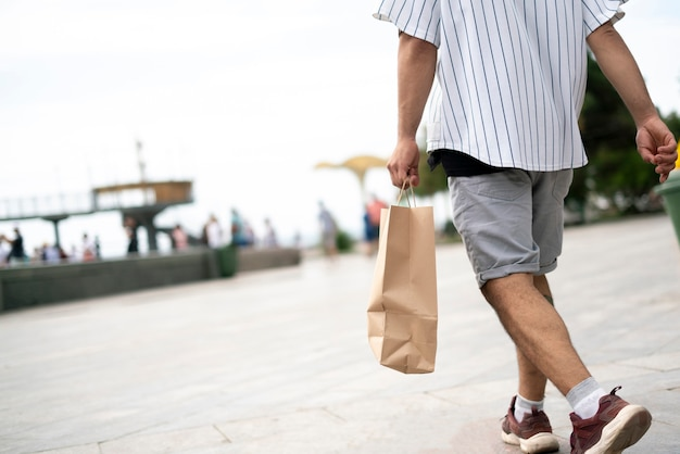 Uma pessoa carregando a sacola de papel com comida fresca do supermercado