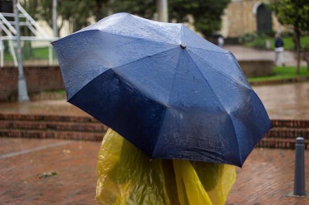 Uma pessoa com um guarda-chuva