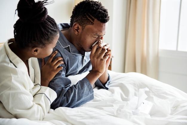 Uma pessoa doente sendo cuidada por sua namorada