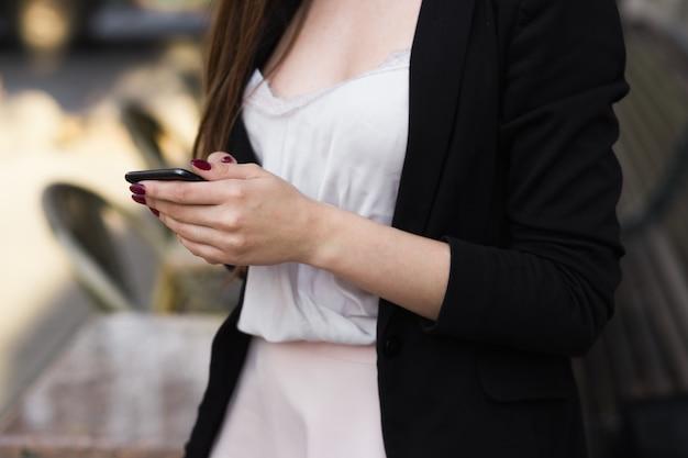Uma pessoa falando em um telefone celular