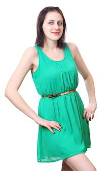 Uma pessoa, jovem caucasiana, 18 anos, em um vestido verde curto sem mangas.