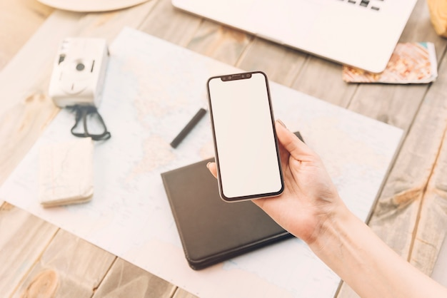 Uma pessoa mostrando a tela em branco no smartphone