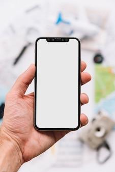 Uma pessoa que mostra a tela branca em branco no smartphone