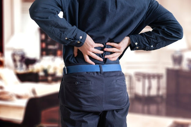 Uma pessoa que sente dor nas costas, problema de doença de sobrecarga de estresse
